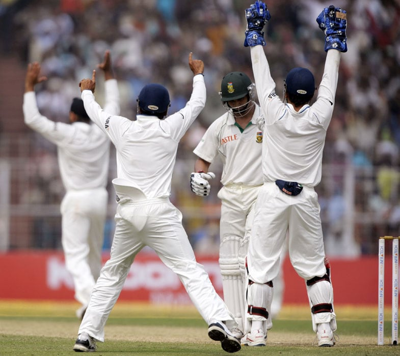 Off-spinner Harbhajan gave India the breakthrough in the post-lunch session when he got rid of first-innings centurion Petersen (21) in his second over after the break.<br><br> The debutant opener was foxed by a delivery that found the inside edge of his bat and popped up to short-leg where Subramaniam Badrinath took a head-high catch on second attempt. (AFP Photo)
