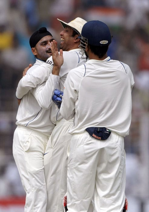 Harbhajan nearly had his second victim a couple of overs later but Amla, on 10, was dropped by Murali Vijay at backward short-leg in what appeared a difficult chance. It turned in sharply from outside the off-stump and took the edge and after hitting the pad it flew low as Vijay was little late in reacting. (AFP Photo)