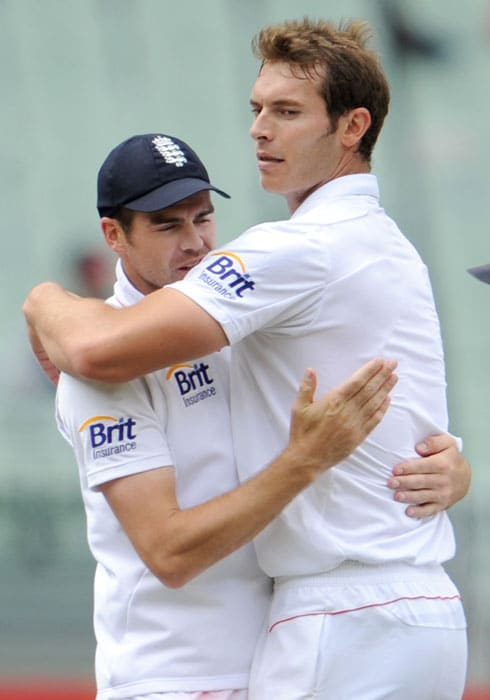 England bowlers James Anderson and Chris Tremlett embrace each other after after taking eight wickets amongst themselves on the first day of the fourth Ashes Test match in Melbourne. (AFP Photo)