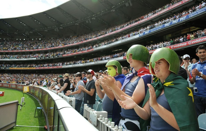 Australian fans applaud as Cricket Australia hopes to break the world record of 90,800 people at a cricket match on the first day of the fourth Ashes Test match in Melbourne. (AFP Photo)