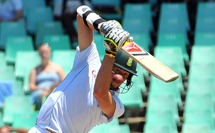 Morne Morkel plays a shot off the delivery of Ishant Sharma during South Africa's 2nd innings on the fourth day of the second Test against India at the Kingsmead Stadium in Durban. (AFP Photo)