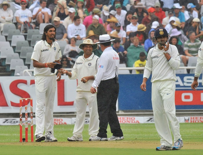 Ishant Sharma, Sachin Tendulkar and Australian Umpire Simon Taufel wait to see if the rain stops on the first day of the third Test between South Africa and India at the Newlands Stadium in Cape Town. (AFP Photo)