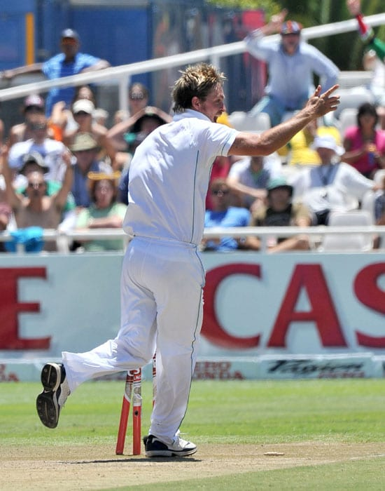 South African bowler Paul Harris celebrates running out Indian Vangipurappu Venkata Sai Laxman for 13 runs during the third day of the third and final Test against India at Newlands Stadium in Cape Town. (AFP Photo)