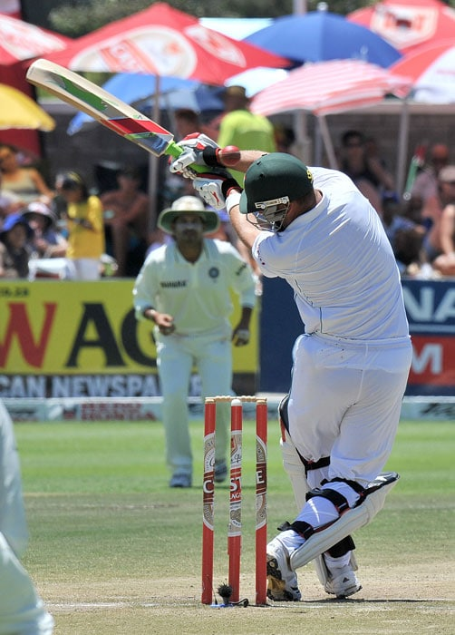 Jacques Kallis swings a shot bowled by Ishant Sharma on the fourth day of the third and final Test against India at the Newlands Stadium in Cape Town. (AFP Photo)