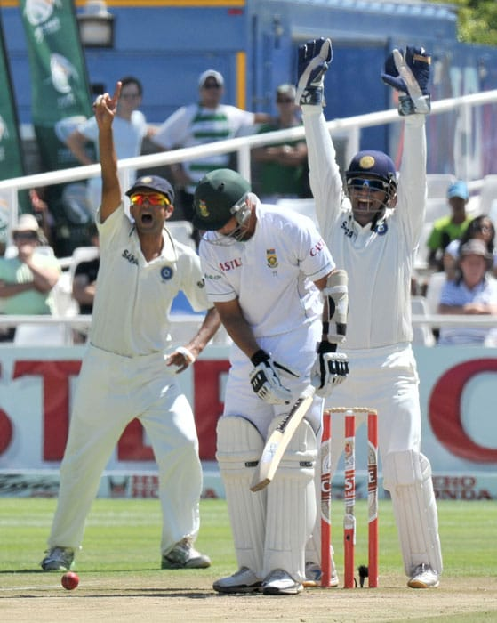 Mahendra Singh Dhoni celebrates Alviro Petersen's dismissal on the fourth day of the third Test between India and South Africa at the Newlands Stadium in Cape Town. (AFP Photo)