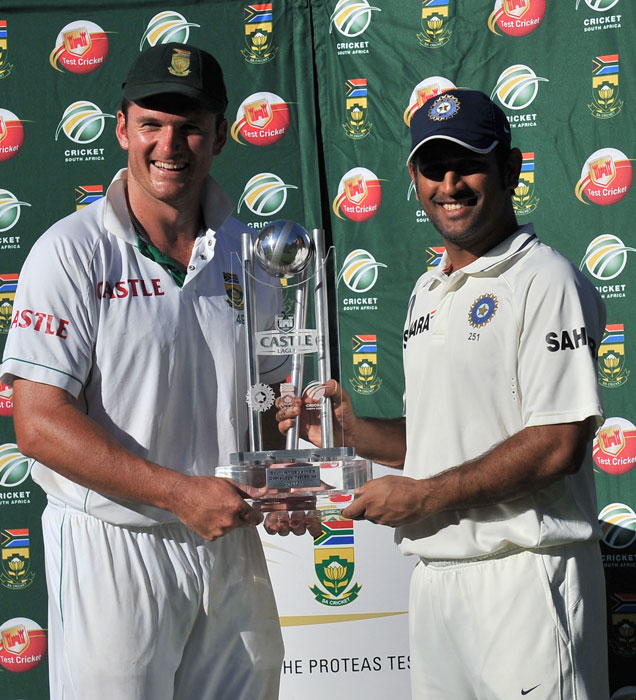South African captain Graeme Smith and Indian skipper MS Dhoni pose with the trophy after the third Test in Cape Town. The series was drawn 1-1. (AFP Photo)