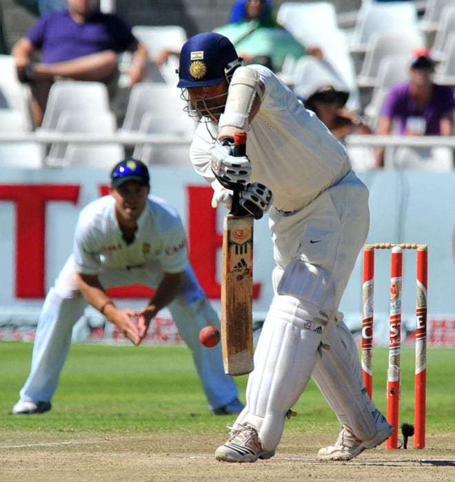 Sachin Tendulkar tries to avoid a bouncer from Dale Steyn on the fifth day of the third and final Test between India and South Africa at the Newlands Stadium in Cape Town. (AFP Photo)