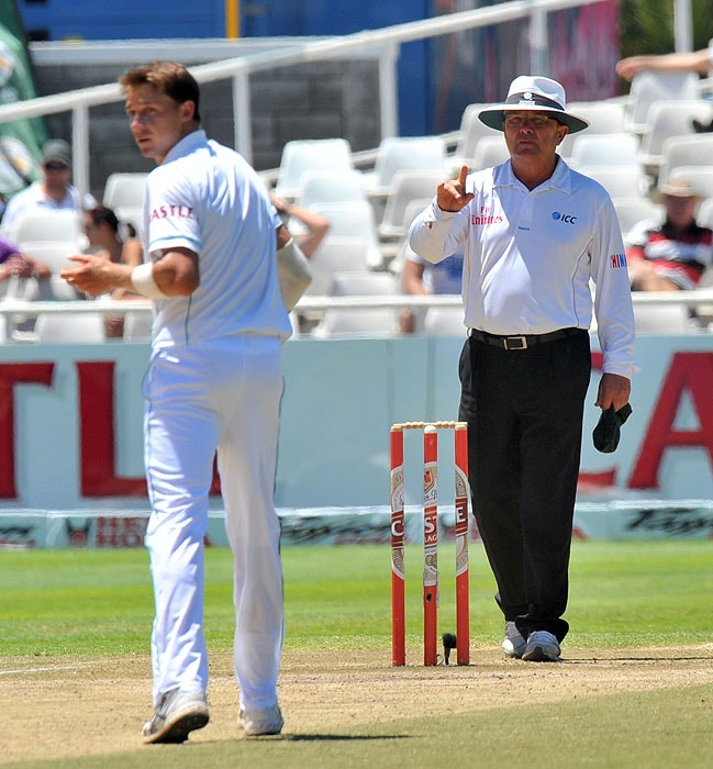 Umpire Ian Gould tries to stop Dale Steyn from provoking Gautam Gambhir on the fifth day of the third and final Test between India and South Africa at the Newlands Stadium in Cape Town. (AFP Photo)