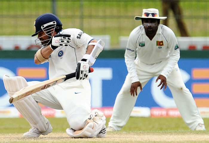 Indian cricketer Sachin Tendulkar (L) avoids a bouncer off unseen Sri Lankan pacer Dilhara Fernando as Sri Lankan cricketer Mahela Jayawardene (R) looks on during the fourth day of the second Test match between Sri Lanka and India at The Sinhalese Sports Club Ground in Colombo on July 29, 2010. (AFP Photo)