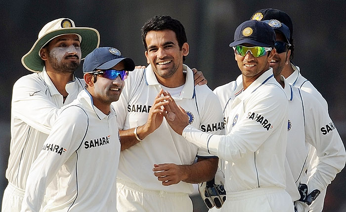 India's Zaheer Khan is congratulated by teammates after taking the wicket of Sri Lanka's Tillakaratne Dilshan on the second day of the second Test at the Green Park Stadium in Kanpur on Wednesday. (AFP Photo)
