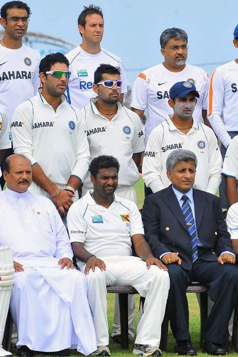 Muttiah Muralitharan poses with members from both Indian and Sri Lankan teams for a group photo before the first day of the first Test match at The Galle International Cricket Stadium in Galle. (AFP Photo)
