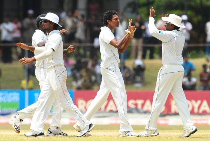 Suraj Randiv celebrates with his teammates after the dismissal of Sachin Tendulkar during the fifth and final day of the third Test match between Sri Lanka and India in Colombo. (AFP Photo)