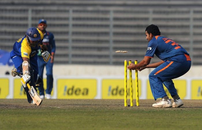Zaheer Khan stumps the wicket as Thilina Kandamby dives during the fifth ODI of the tri-nation tournament in Dhaka. (AFP Photo)