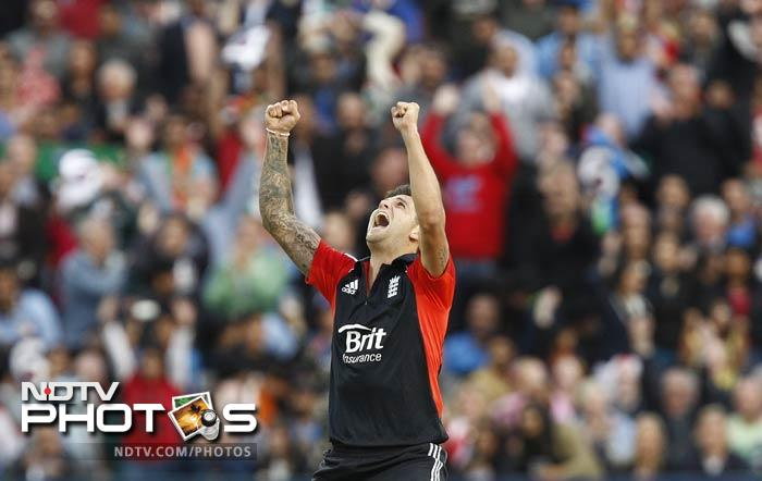 Jade Dernbach, who was only playing his second T20 match, picked up four crucial wickets.