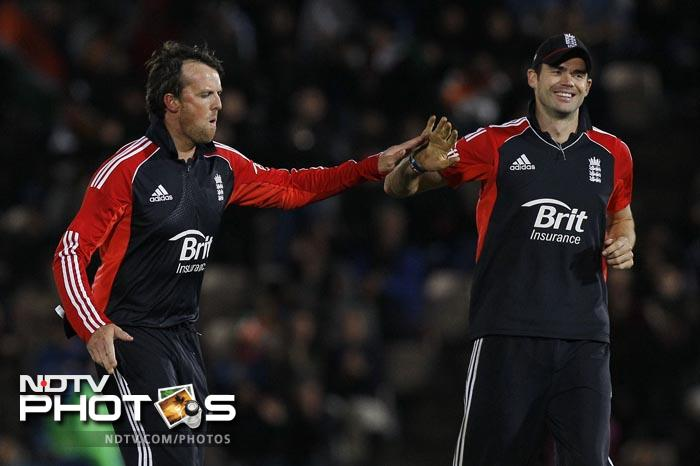 Graeme Swann was the pick of the English bowlers with 3 wickets. (AFP Photo)