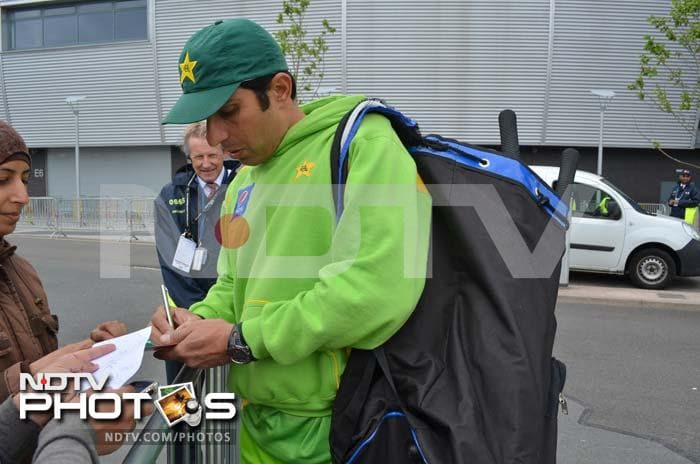 Skipper Misbah-ul-Haq too is seen greeting fans. He later said that he wants to win against India and that it should be a gift to Pak fans.