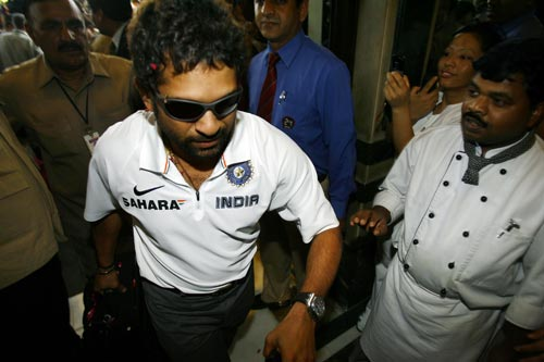 Sachin Tendulkar (L) is welcomed by enthusiastic staff upon his arrival at a hotel in New Delhi on March 6, 2008. One-day international captain Mahendra Singh Dhoni has led his team back home after India wrapped up the triangular competition when they beat Australia in Brisbane by nine runs to take an unbeatable 2-0 lead in the best-of-three finals series on March 4.