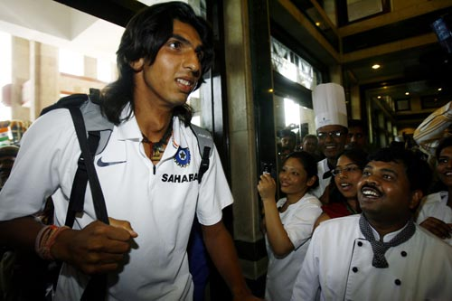 Ishant Sharma (L) is welcomed by enthusiastic staff upon his arrival at a hotel in New Delhi on March 6, 2008. Mahendra Singh Dhoni has led his team back home after India wrapped up the triangular competition when they beat Australia in Brisbane by nine runs to take an unbeatable 2-0 lead in the best-of-three finals series on March 4.