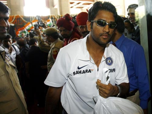 Captain Mahendra Singh Dhoni (C) is welcomed by enthusiastic staff upon his arrival at a hotel in New Delhi on March 6, 2008. Dhoni has led his team back home after India wrapped up the tri-series competition when they beat Australia in Brisbane by nine runs to take an unbeatable 2-0 lead in the best-of-three finals series on March 4.