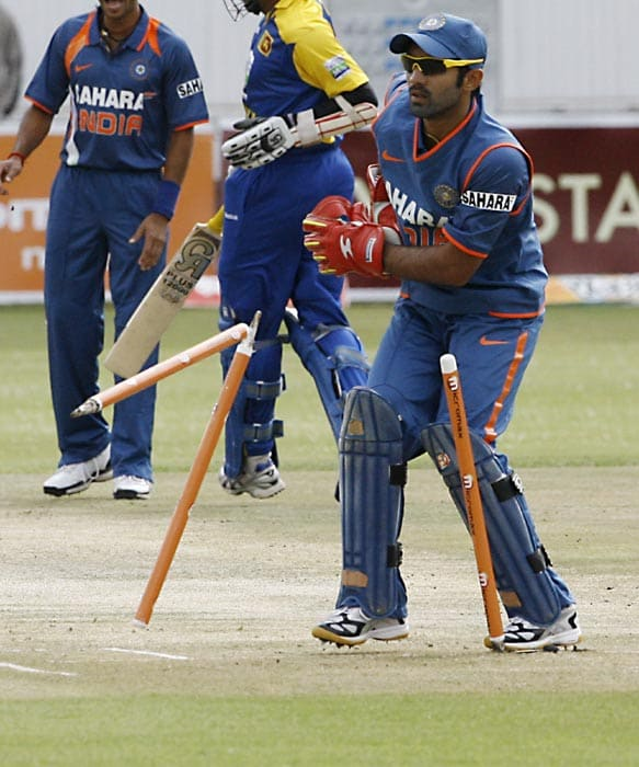 Indian wicket keeper Dinesh Karthik run out Sri Lankan batsman Upul Tharanga for 1 run the second match of the Micromax Cup Triangular One-Day International series at Queens Sports club in Bulawayo . (AFP Photo)