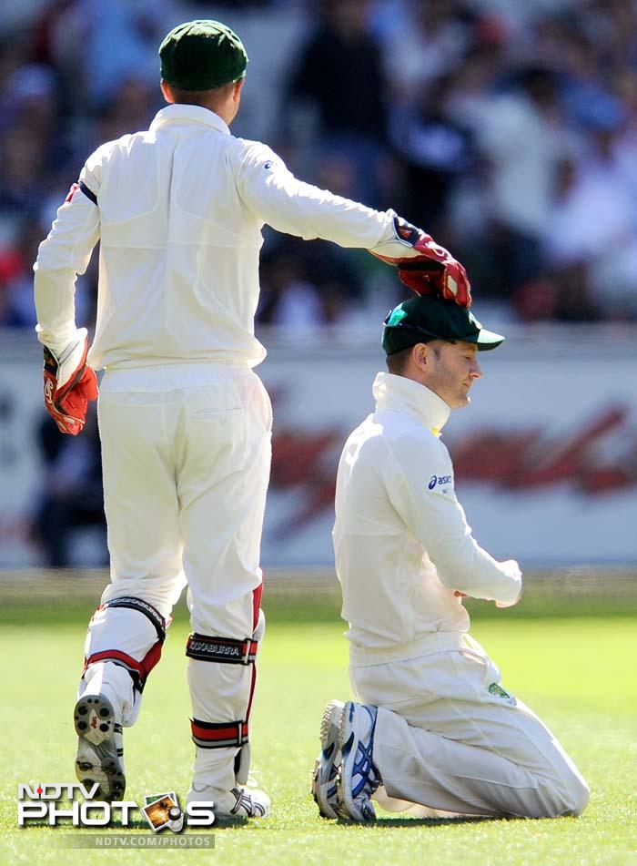 Australian wicketkeeper Brad Haddin pats captain Michael Clarke on the head on Day 3 of their first Test match against India at the Melbourne Cricket Ground in Melbourne. (AFP Photo)
