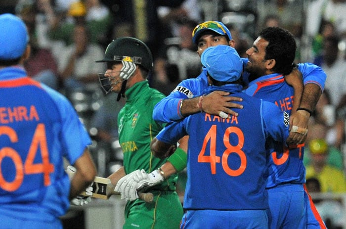 Indian cricketers congratulate bowler Zaheer Khan after dismissing South African Johan Botha during the 2nd One Day International (ODI) between India and South Africa at Wanderers stadium in Johannesburg. (AFP Photo)