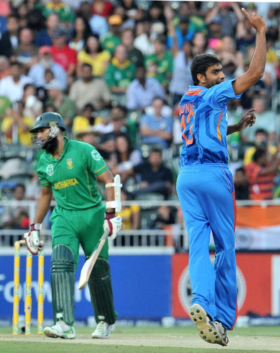 Indian bowler Munaf Patel celebrates dismissing South African batsman Hashim Amla (4) during the 2nd One Day International (ODI) between India and South Africa at Wanderers stadium in Johannesburg. (AFP Photo)