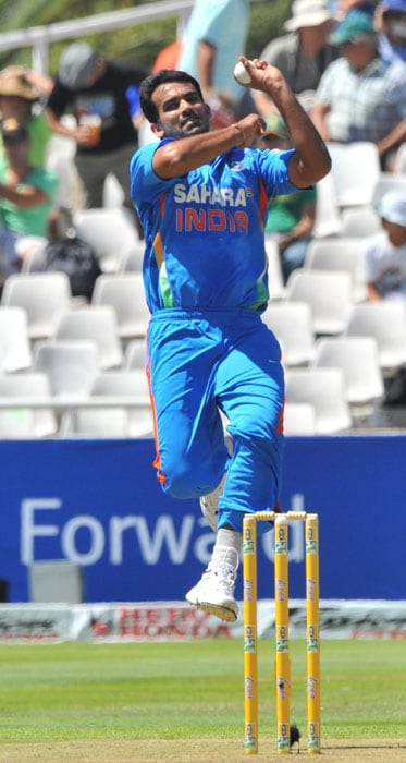 India's Zaheer Khan delivers a ball onto South African Hashim Amla during the third one day International played against South Africa in Cape Town, South Africa. (AFP Photo)