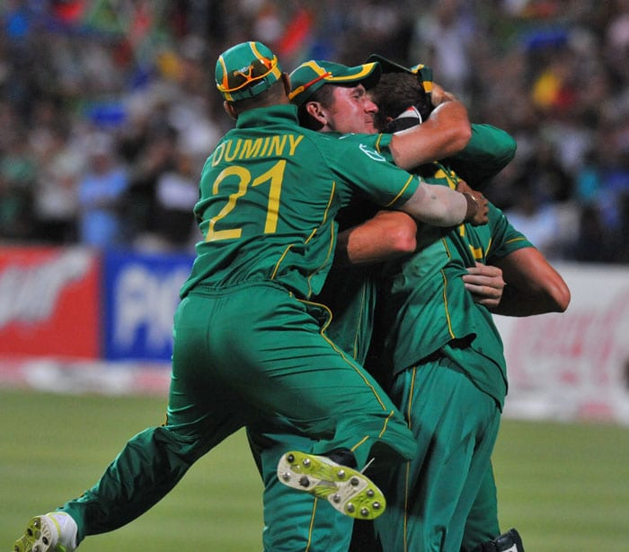 South African team celebrates the dismissal of Indian Yusuf Pathan caught out for 59 runs by South African Morne Morkel during the third one day International played against South Africa in Cape Town, South Africa. (AFP Photo)
