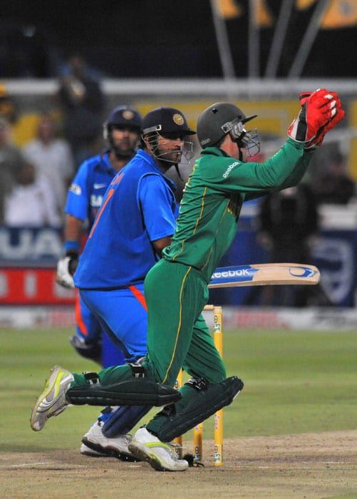 South Africa's AB de Villiers catches out India's Mahendra Singh Dhoni for 5 runs during the third one day International played against South Africa in Cape Town, South Africa. (AFP Photo)