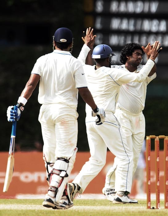 Sri Lankan cricketer Lasith Malinga celebrates with his teammate Thilan Samaraweera the dismissal of Indian cricketer Murali Vijay during the second day of the third Test match between Sri Lanka and India at The P. Sara Oval International Cricket Stadium in Colombo. (AFP Photo)