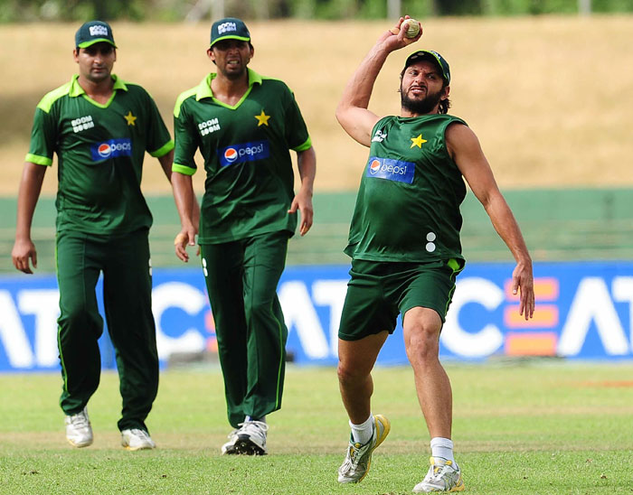Pakistan cricketers practice before there encounter against India. (AFP PHOTO)