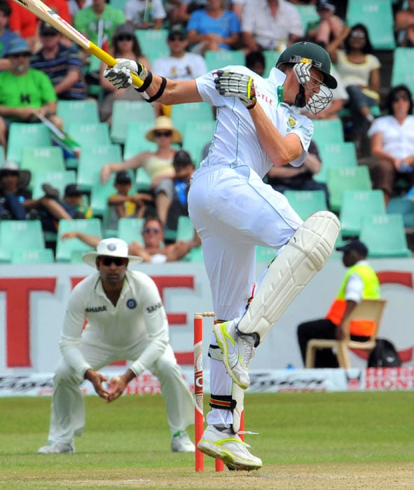 South Africa's Morne Morkel flicks a ball on the second day of the second Test at Kingsmead Stadium in Durban. (AFP Photo)