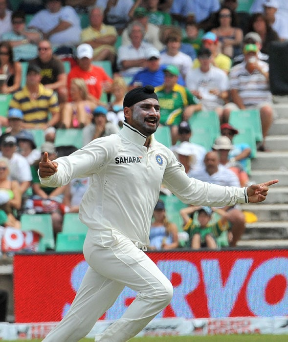 Indian bowler Harbhajan Singh celebrates his second wicket of South African Dale Steyn for one run on the second day of the second Test at Kingsmead Stadium in Durban. (AFP Photo)