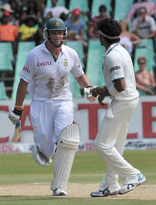 South African's captain Graeme Smith runs pass India's Shanthakumaran Sreesanth during South Africa's 2nd innings on the third day of the second test match at the Kingsmead stadium in Durban. (AFP Photo)
