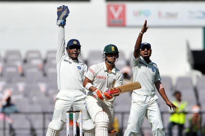 Indian captain Mahendra Singh Dhoni and Murali Vijay appeal successfully for the wicket of South African cricketer Jean-Paul Duminy on the second day of the first Test match between India and South Africa in Nagpur. (AFP Photo)