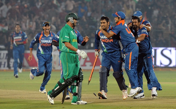 South Africa's dogged tail-enders nearly gatecrashed India's party in the first ODI in Jaipur on 21st February 2009, before Mahendra Singh Dhoni and his team eked out a nail-biting one-run victory to go 1-0 up in the three-match series. (AFP Photo)