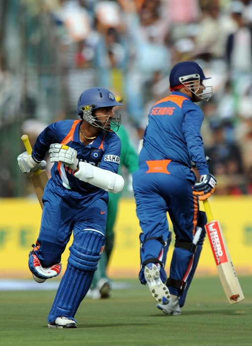 The second wicket partnership between Dinesh Karthik and Virender Sehwag yielded 79 resuscitating runs before misfortune struck Sehwag. Karthik's (44) straight drive brushed bowler Charl Langeveldt's fingers before crushing onto the stumps at the non-striker's end with Sehwag nowhere near the crease. (AFP Photo)
