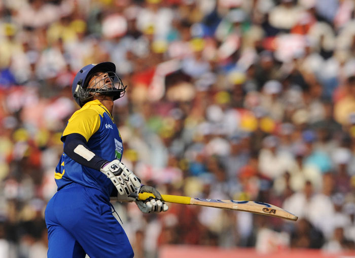 Tillakaratne Dilshan looks back playing a shot during the 3rd ODI against India at the Barabati Stadium in Cuttack. (AFP Photo)