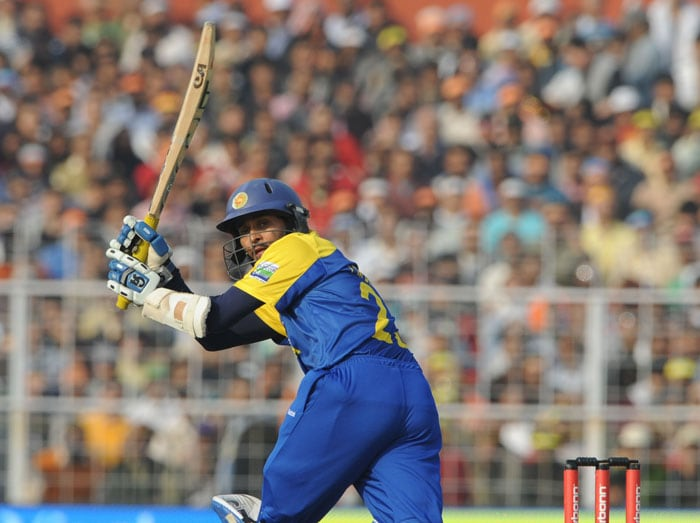 Tillakaratne Dilshan looks back while playing a shot during the fourth ODI between India and Sri Lanka at Eden Gardens Stadium in Kolkata. (AFP Photo)