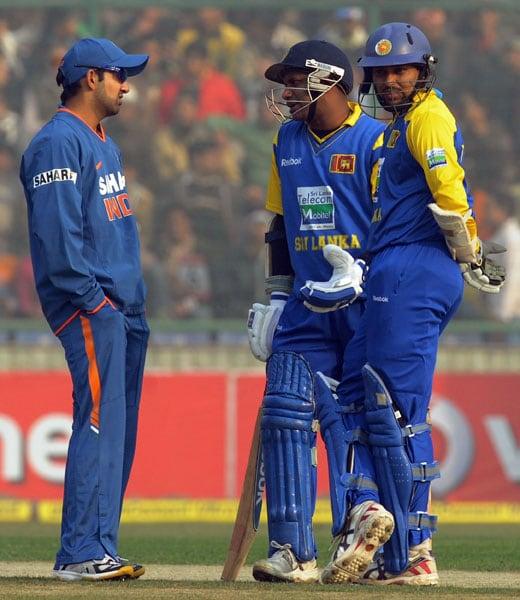 Gautam Gambhir speaks with Sanath Jayasuriya and Tillakaratne Dilshan during the fifth and final ODI between India and Sri Lanka at the Feroz Shah Kotla in New Delhi. (AFP Photo)