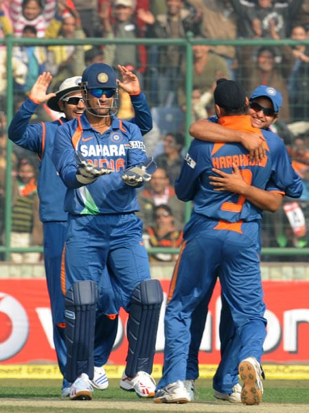 Indian cricketers led by captain MS Dhoni celebrate the dismissal of Sanath Jayasuriya during the fifth and final ODI between India and Sri Lanka at the Feroz Shah Kotla in New Delhi. (AFP Photo)