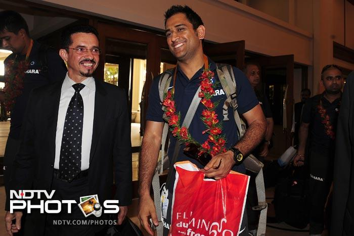 MS Dhoni arrives with his team in Colombo. (AFP Photo)