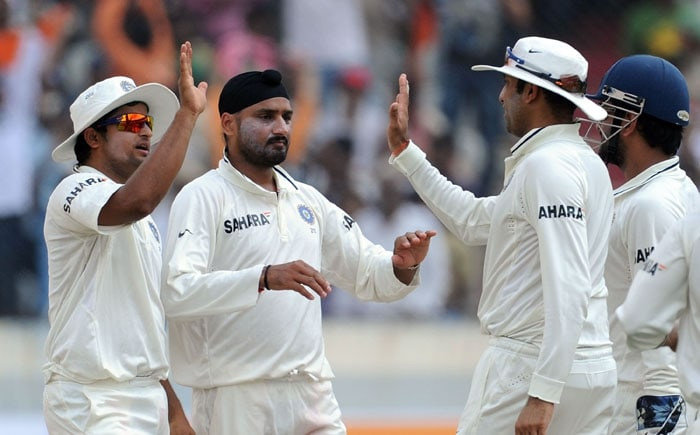 Indian cricketer Harbhajan Singh (2L) celebrates the wicket of New Zealand's cricketer Jesse Ryder with Indian teammates Suresh Raina (L), Venkatsai Laxman Laxman (2R) and Mahendra Singh Dhoni (R) during the second day of the second Test match between India and New Zealand at The Rajiv Gandhi International Cricket Stadium in Hyderabad. (AFP Photo)