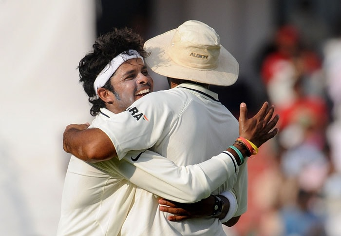 India cricketer Shanthakumaran Sreesanth (L) celebrates the wicket of New Zealand's cricketer Ross Taylor with Zaheer Khan during the fourth day of the second Test match at Rajiv Gandhi International cricket stadium in Hyderabad. (AFP Photo)