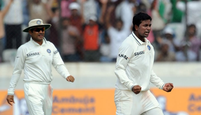 Indian cricketer Pragyan Ojha (R) and Virendra Sehwag celebrates the wicket of New Zealand's cricketer Tim McIntosh on the fourth day of the second Test match at Rajiv Gandhi International cricket stadium in Hyderabad on November 15, 2010. AFP PHOTO/Prakash SINGH