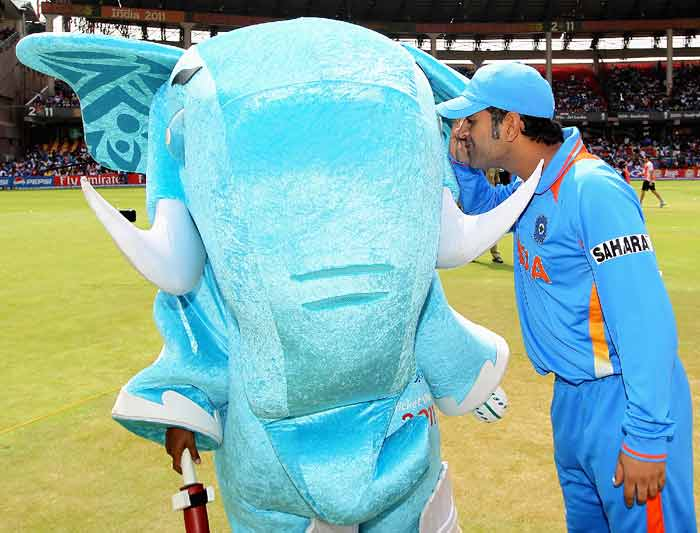 MS Dhoni of India gets a closer look at the mascot 'Stumpy'. (Getty Images)