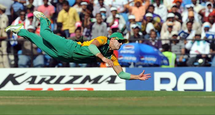South Africa's Francois Du Plessis makes an unsuccessful attempt to stop a boundary by Indian batsman Virender Sehwag. (AFP Photo)