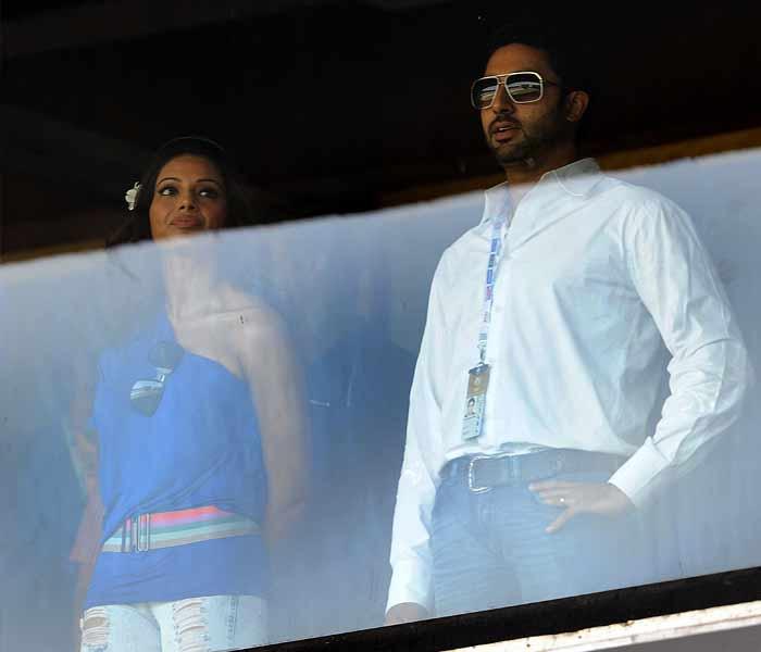 Indian Bollywood actors Abhishek Bachchan and Bipasha Basu watch the Cricket World Cup match. (AFP Photo)
