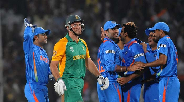 South Africa skipper Graeme Smith walks off the field after being dismissed by Zaheer Khan early in his team's chase. (AFP PHOTO)